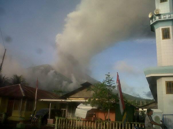 Ash emissions from Gamalana Friday morning (Image @WorldVision / twitter)