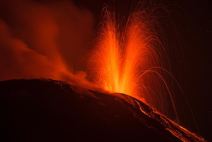 Medium-sized eruption from the western vent of Stromboli last night (image: Tom Pfeiffer / VolcanoDiscovery)