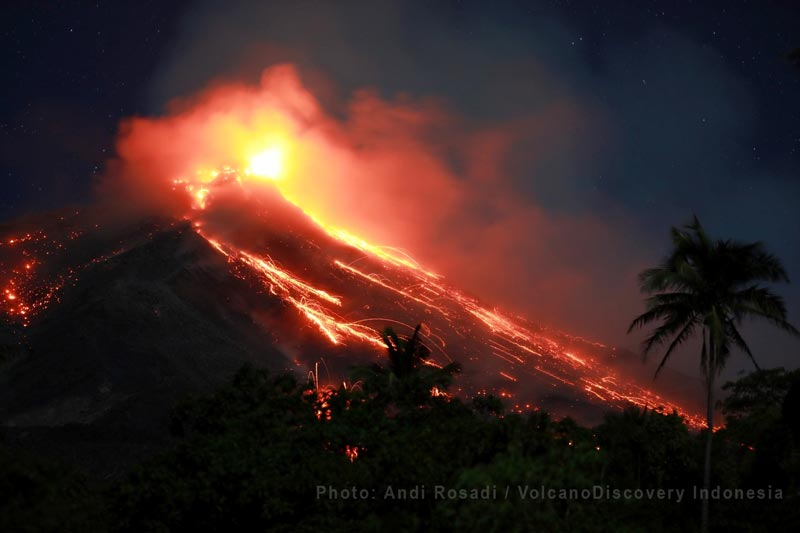 Active lava flow and incandescent rockfalls from Karangetang's crater 1 (image: Andi Rosadi / VolcanoDiscovery Indonesia)