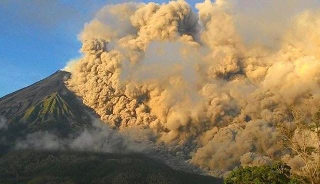 Pyroclastic flow from Karangetang volcano on 7 May 2015 (photo: Agustinus Hari)