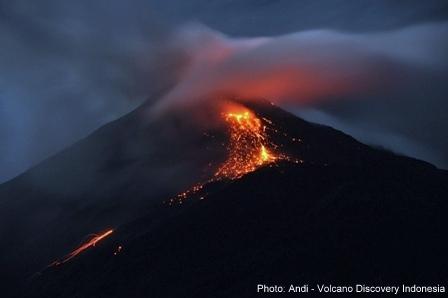 Glowing avalanches from Karangetang volcano yesterday (photo: Andi Rosadi / VolcanoDiscovery Indonesia)