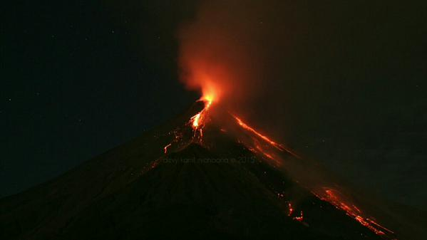 Karangetang in eruption last week (photo: Kamil Syahbana / twitter)
