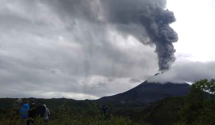 Eruption of Karmysky on 13 Aug 2019 (image: Irina Vakhitova / VolcanoDiscovery)