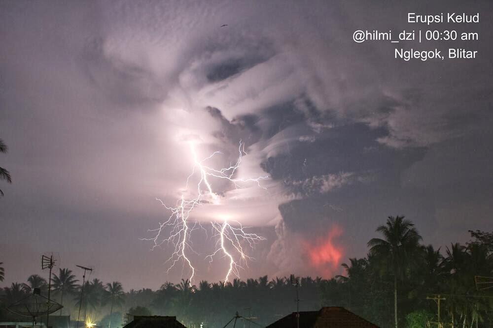 De uitbarsting van Kelut gisteravond (beeld: pic.twitter.com/ypy7kx9615 / @hilmi_dzi)