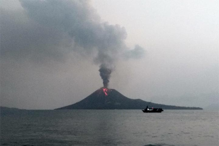 Krakatau on 14 July evening with a lava flow (?) on the southern flank (image: Andi Rosadi / VolcanoDiscovery Indonesia)