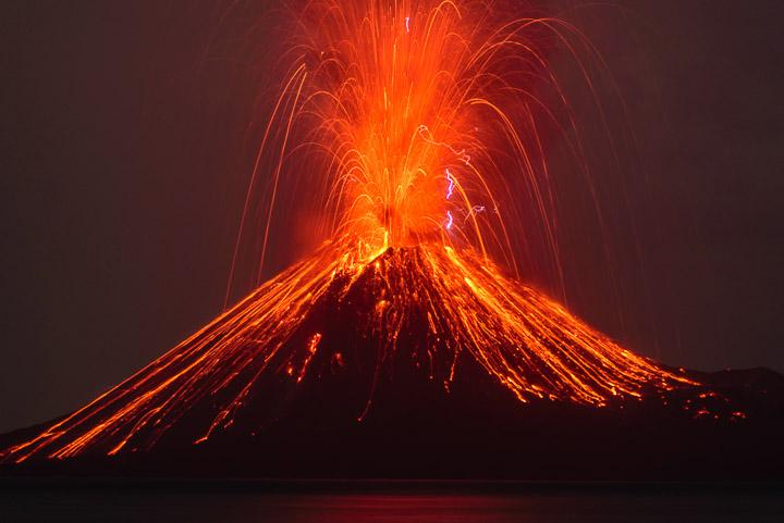 Vulcanian eruption at Krakatau on the evening of 13 Oct 2018 (image: Tom Pfeiffer / VolcanoDiscovery)