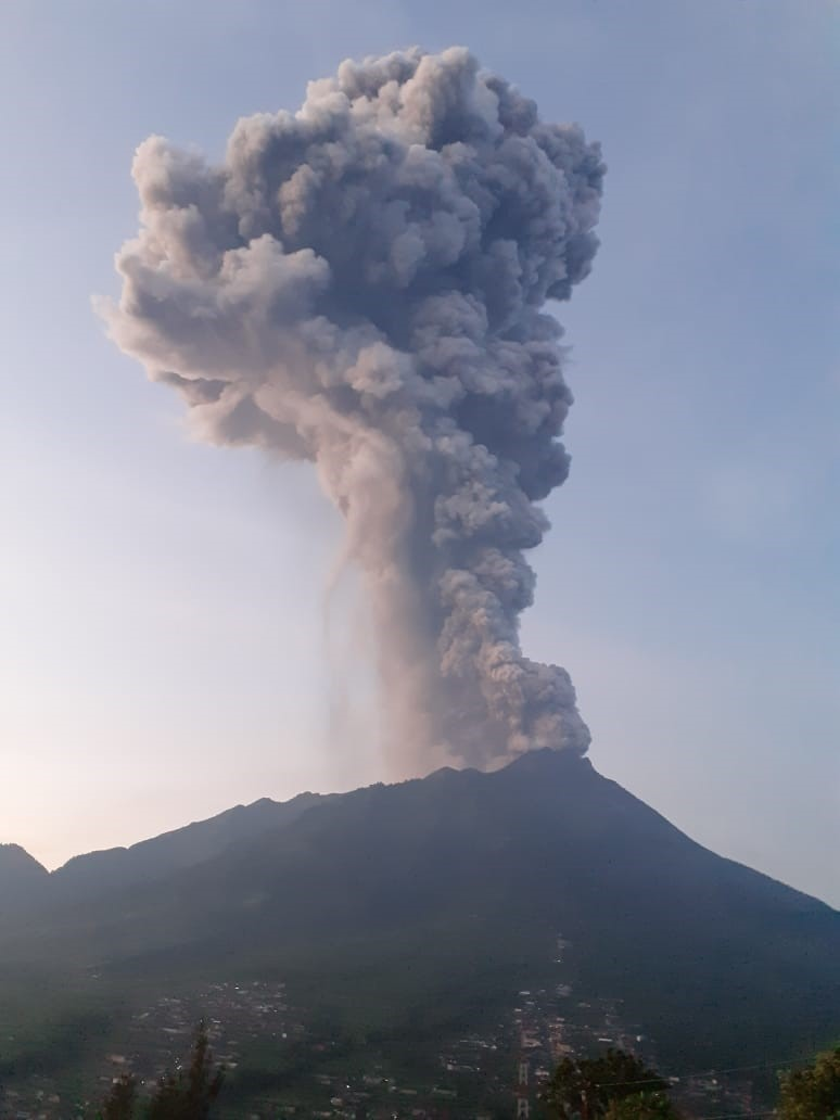 An ash column from Merapi volcano reached approx. 9,000 m altitude today (image: BPPTKG)
