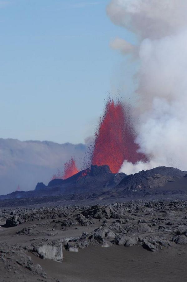 Lava fountains at the Holorhaun fissure eruption yesterday (image: Uni. Icelande / @uni_iceland / Twitter)