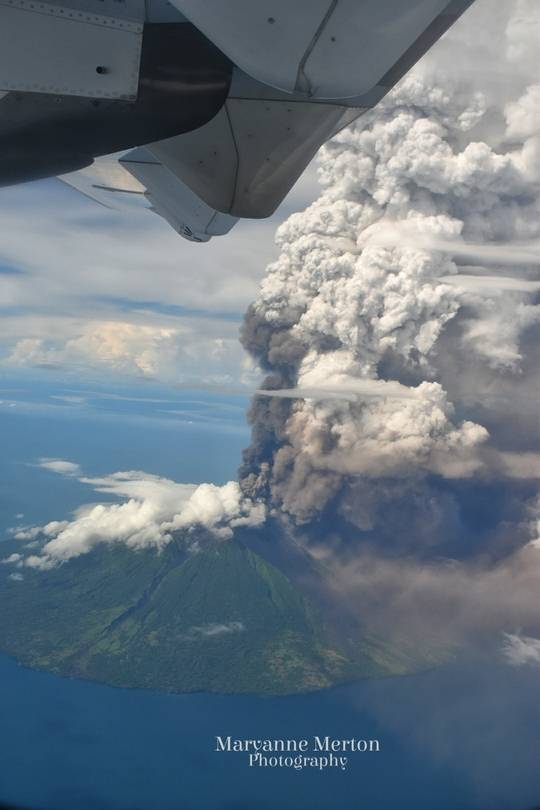 The eruption column of Manam volcano seen from a passing airplane (image: Maryanne Merton / facebook)