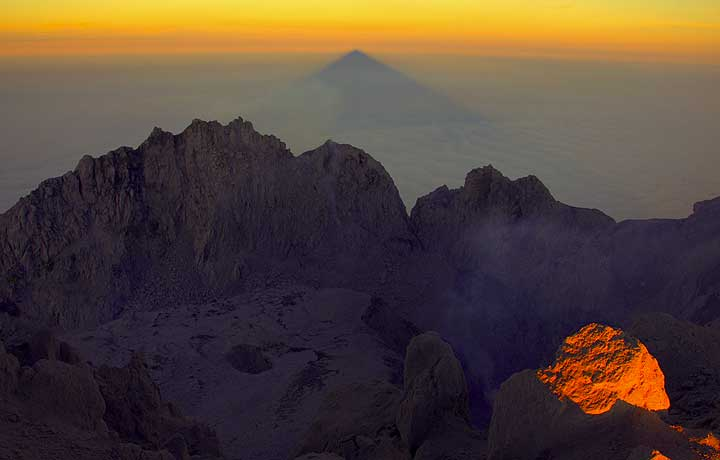 View of the summit crater of Merapi with the slowly growing lava dome at the bottom (photo: Andi / VolcanoDiscovery Indonesia)