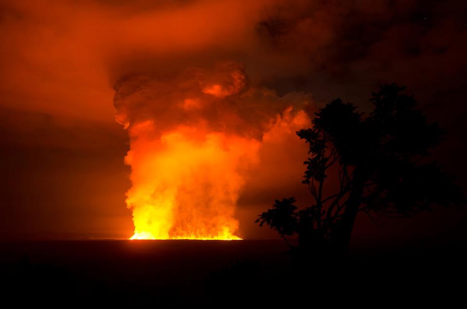 The new fissure eruption of Nyamuragira on the evening of 6 Nov (photo: Virunga National Park)