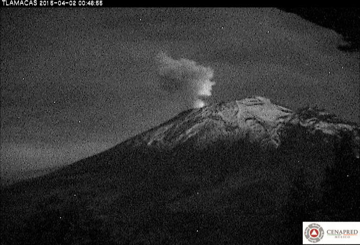 Incandescence at the summit crater and steam emission from Popocatépetl