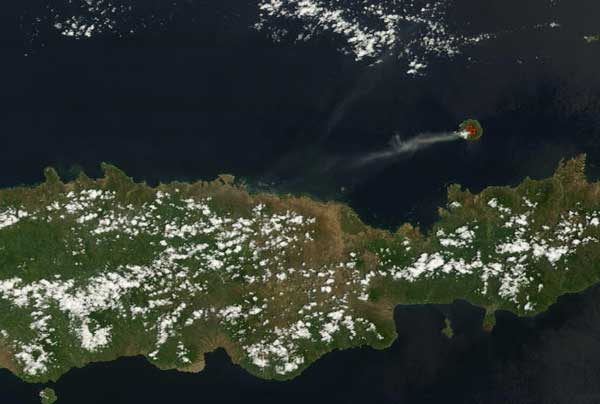 Crop of aTerra satellite image (NASA) taken on 02:15 GMT on 12 Nov showing part of Flores Island and Rakotenda island with erupting Paulweh volcano (center right).