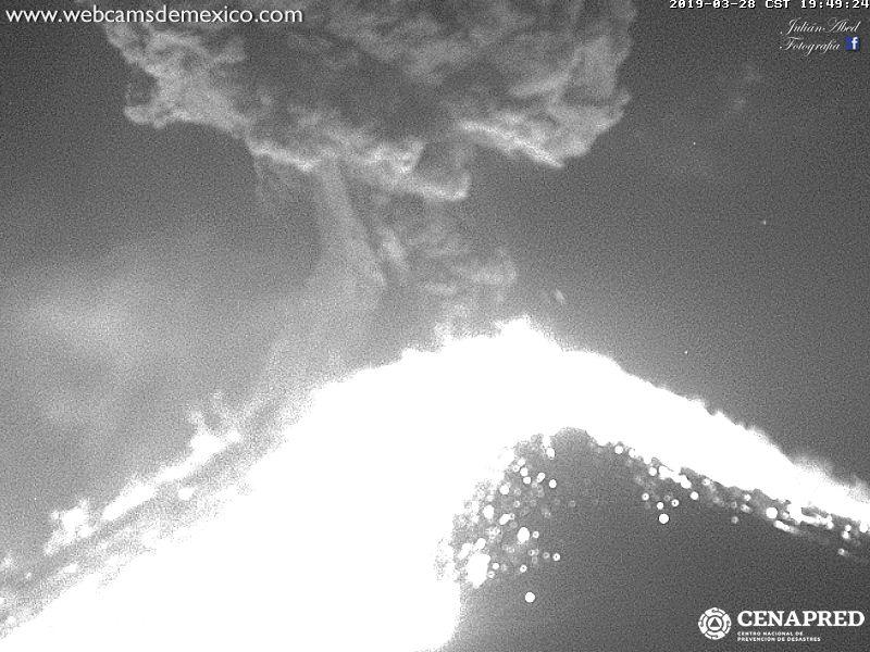 Massive eruption of Popocatépetl yesterday evening (image: Webcams de Mexico / CENAPRED)