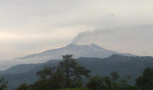 eruption plume from Reventador on 18 April (photo: L. Gomezjurado / IG)