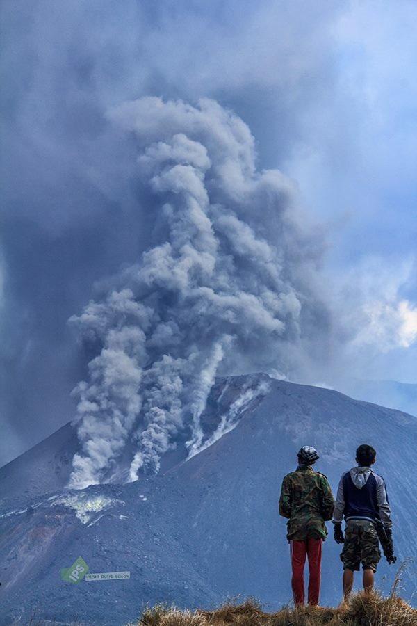 Ash emissions from Rinjani (image: Rinjani Trekker @rinjanitrekker / twitter)