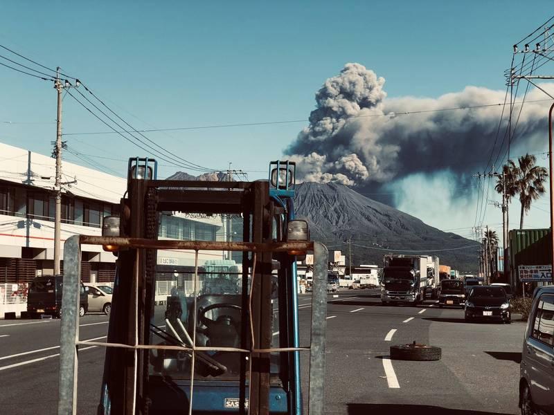 Ash emissions yesterday. Credit: Naoto Yoshidome via Twitter.
