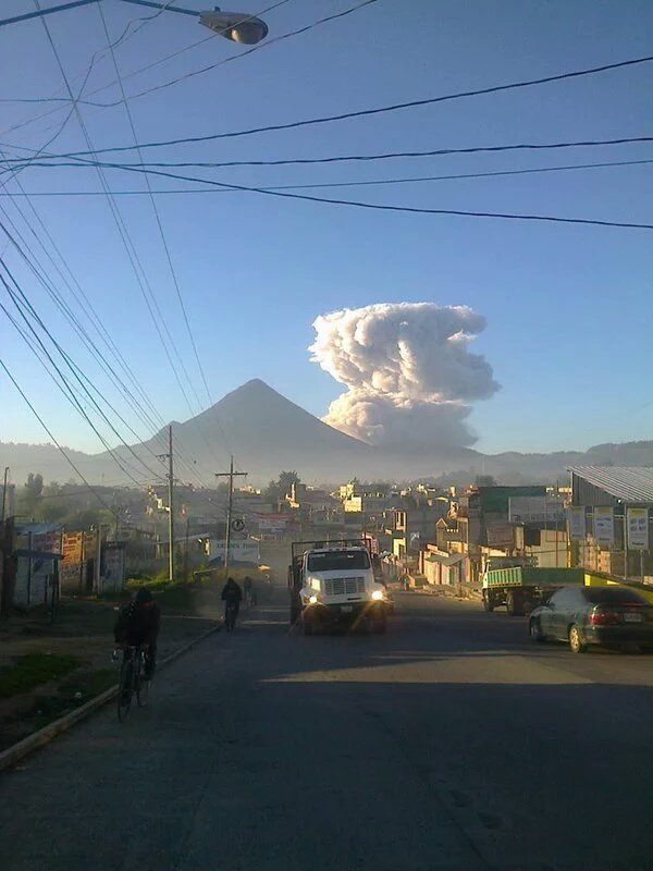 Explosion from Santiaguito this morning (image: Sismos en Guatemala ‏@SismosGuate / twitter)
