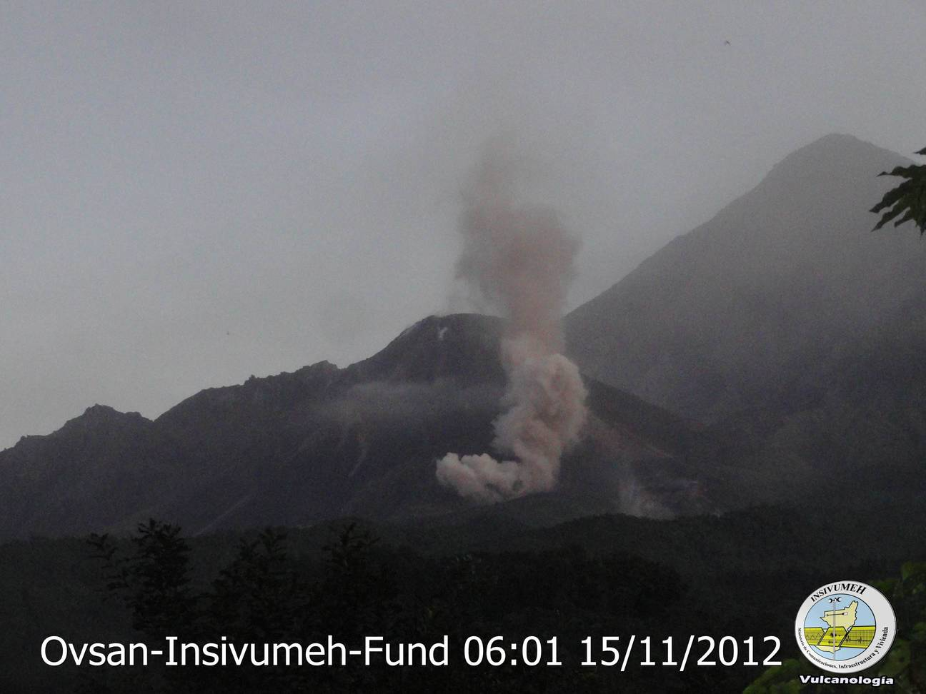 Weak pyroclastic flow generated the morning of 15 Nov by a partial collapse of the lava flow