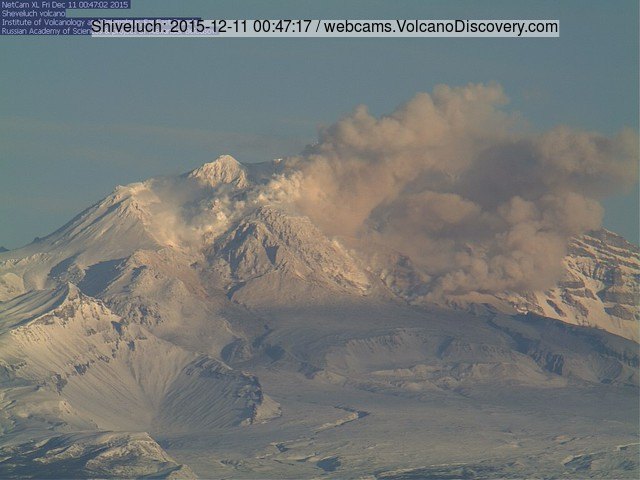 Small avalanche at Shiveluch volcano this morning generating a small ash plume
