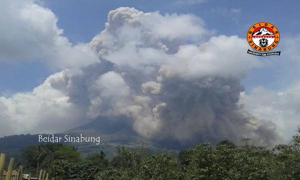 Pyroclastic flow at Sinabung this morning (image: @BeidarSinabung  / twitter)