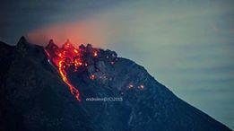 Sinabung's new lava lobe in the crater (image: Leopold Kennedy Adam @LeopoldAdam / twitter)