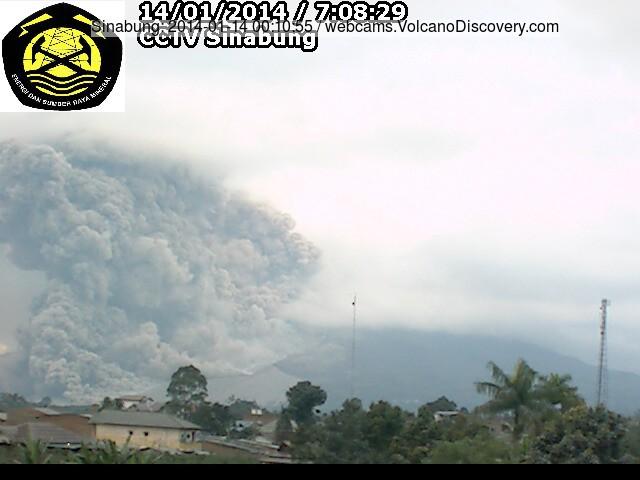 De waarschijnlijk grootste zo ver pyroclastische stroom op Sinabung vanochtend