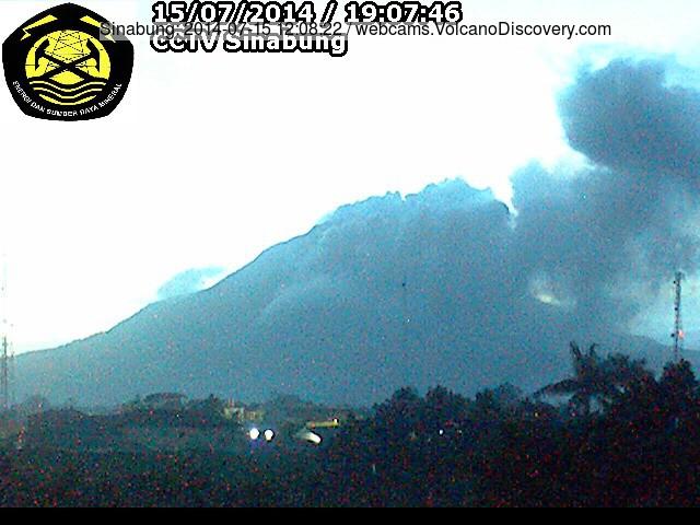Ash plume van gisteren een kleine pyroclastische stroom op Sinabung