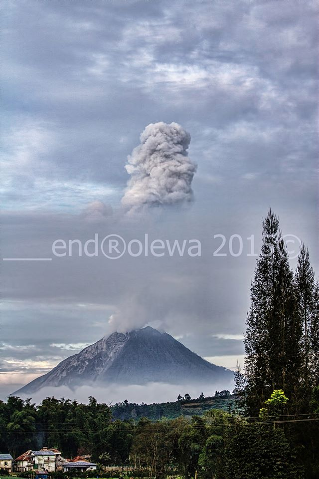 Explosion from Sinabung yesterday (photo: Endro Lëwå / facebook)