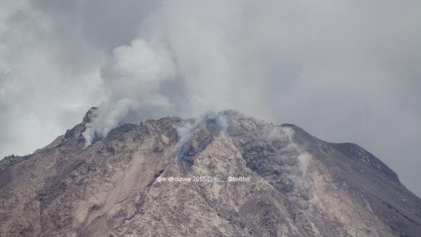 View of Sinabung's summit with the two active lobes (photo:  Lëwå (OEL) @endrolewa / twitter)