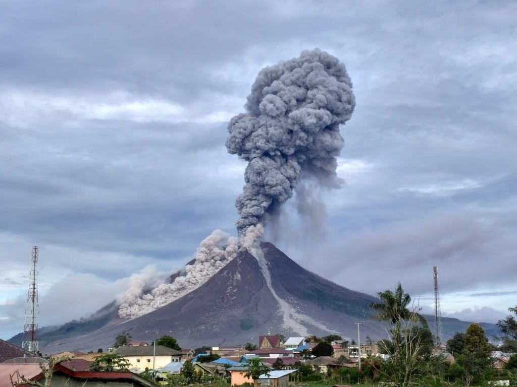 Eruption of Sinabung volcano this morning at 07:40 local time (image:  Sutopo Purwo Nugroho @Sutopo_BNPB / tiwtter)