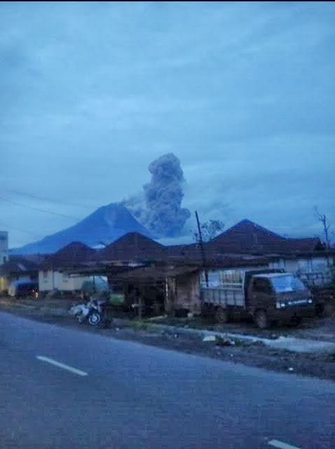 Pyroclastische stroom van Sinabung vanavond (foto: