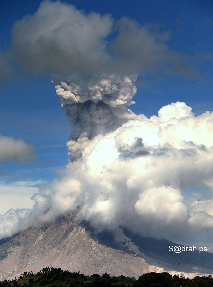 Ash plume from Sinabung today (image: Sadrah Peranginangin / facebook)