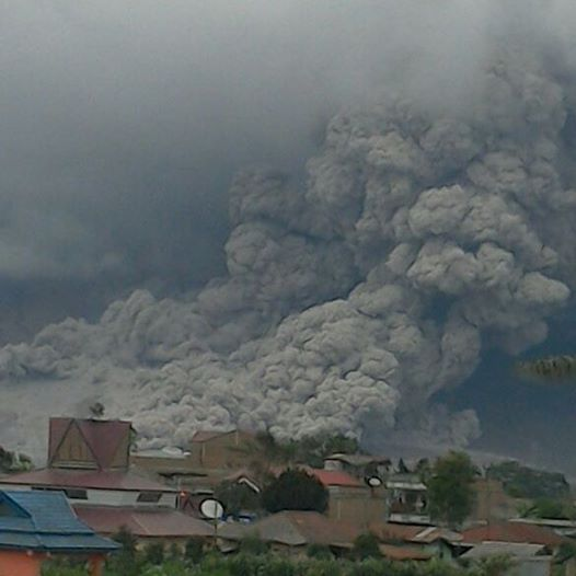 Front of a moderately large pyroclastic flow at Sinabung this morning (image: PVMBG / facebook)