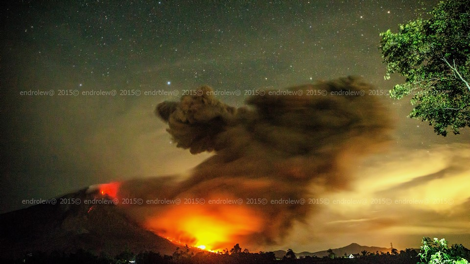 Pyroclastic flow at Sinabung 22 June 2015 evening (photo: Mbah Lëwå / facebook)
