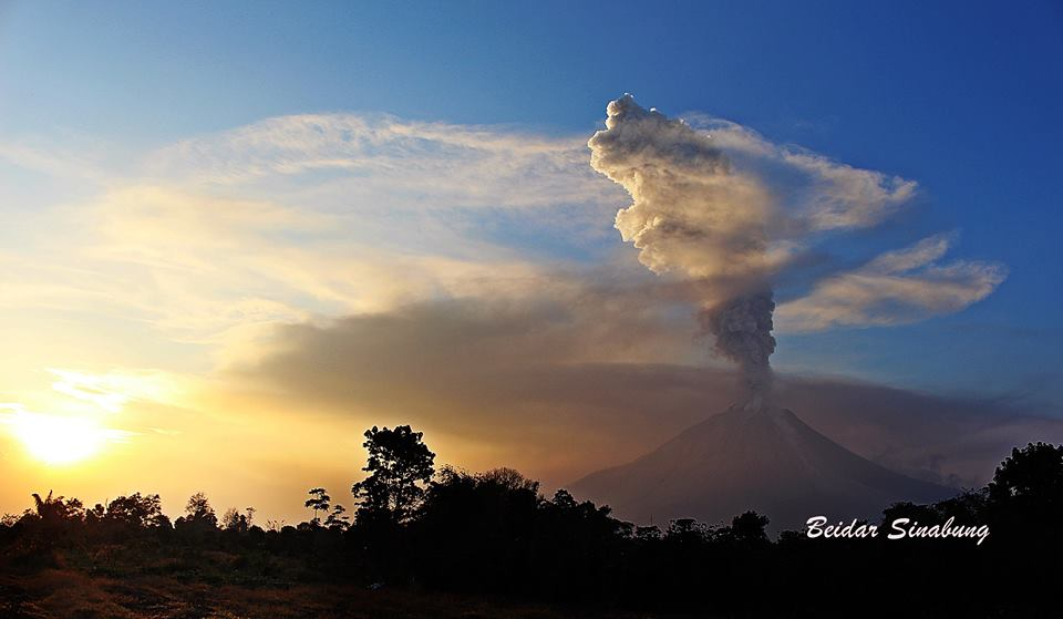 Explosion at Sinabung yesterday evening 18:19 local time (Image: @BeidarSinabung via Leopold Kennedy Adam / twitter)