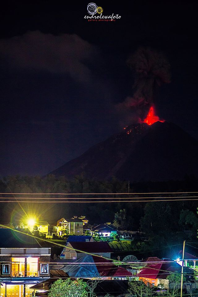 Explosion at Sinabung on 27 Dec 23:30 local time (image: Endro Lewa / facebook)