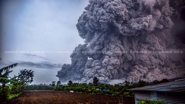 Pyroclastic flow at Sinabung yesterday at 18:20 (image: @endrolewa / twitter)