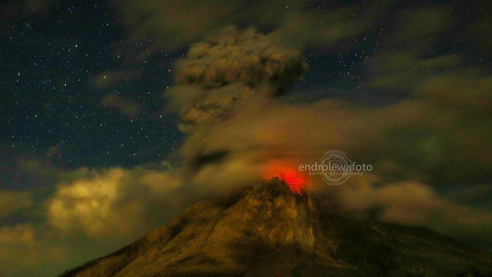 Explosion at Sinabung volcano yesterday (image: Endro Lewa / facebook)