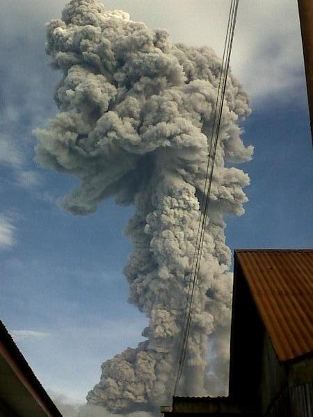Vulcanian eruption column from Sinabung volcano this morning (@sitepu_yolanda)