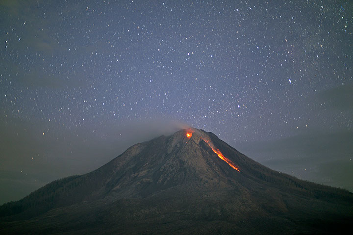 Incandescence from the two lava lobes of Sinabung and a rockfall at night (25 July)