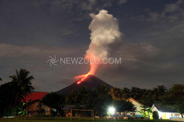 Active lava flow at Soputan volcano (image: newzulu.com)