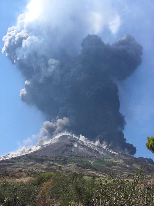 Today's explosion at Stromboli; note the impacts of bombs on the upper slopes (image: Francesca Utano / VolcanoDiscovery)