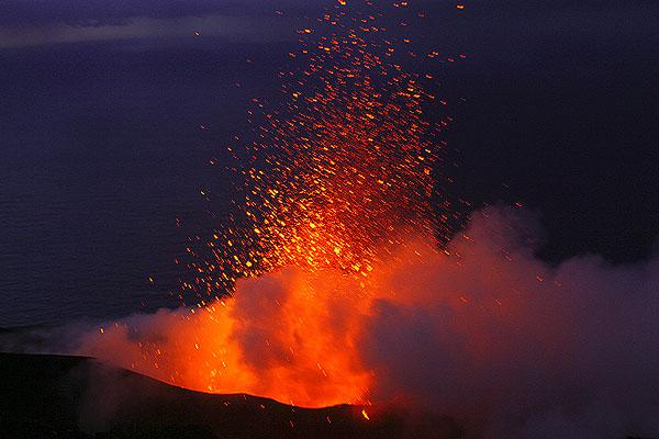 Eruption from the central vent of Stromboli (30 Dec. 2005, photo: Karen B.)