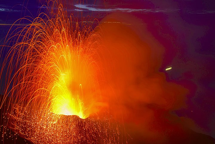 Strrong strombolian explosion from the western vent of Stromboli (24 Oct)