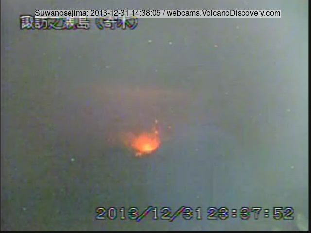 Strong activity at Suwanose-jima volcano (JMA webcam)