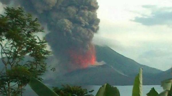 Fuentes de lava y columnas de ceniza del volcán Tavurvur (imagen: Emma Edwards vía Mark Tarello @mark_tarello / twitter)