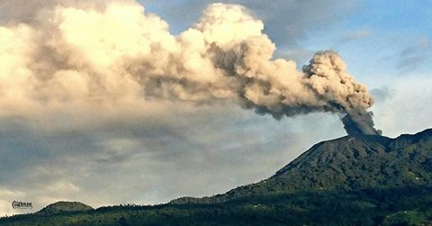 Steam and ash plume from Turrialba on 4 Nov 2016 (image: Arnon Rodríguez Campos via RSN / facebook)