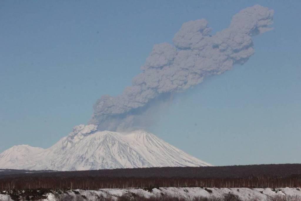 Eruption of Zhupanovsky on 20 Nov 2016 (image: Lyulya Udalova / twitter)
